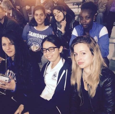L'équipe dans les gradins - Rizlen, Salwa, Kelly, Imène, Soumeya et Laura